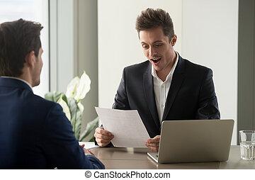 impre, het kijken, terwijl, zakenman, lezende , document, opgewekte, verbaasd