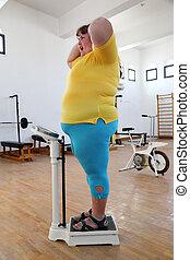 impresionado, gimnasio, mujer, sobrepeso, escalas