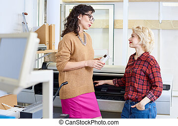 imprimindo, conversando, escritório, mulheres
