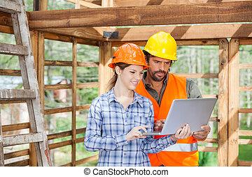 inżynierowie, pracujący dalejże, laptop, na, umieszczenie zbudowania