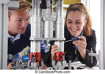 inženýr, a, učedník, pracovní oproti, stroj, do, továrna