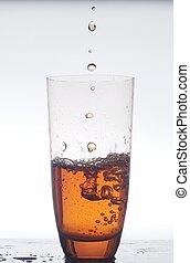 in, een, glas, kop, gevulde, met, tea., foto, op, een, witte , achtergrond.
