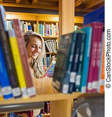 in mezzo, libro lettura, studente, scaffali, biblioteca