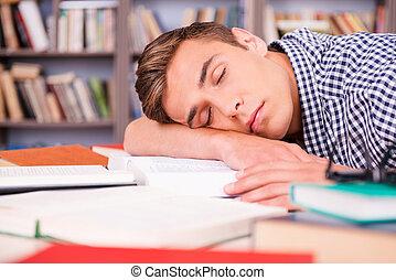 in pausa, giovane, seduta, uomo, bello, library., sporgente, faccia, suo, scrivania, biblioteca, mentre