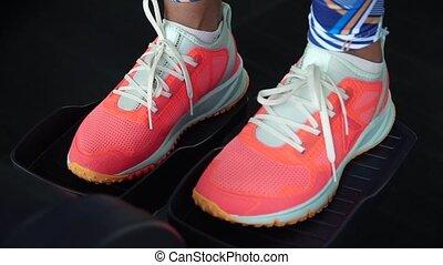 In the gym women's legs at kardiotrenazhere