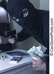 inbrottstjuv, med, handeldvapen