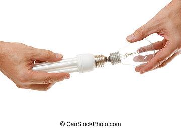 incandescente, e, energy-saving, lâmpada, em, a, mãos