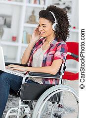 incapacitado, cadeira rodas, mulher, laptop