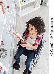 incapacitado, estudiante, en, biblioteca, escoger, libro, en, el, universidad