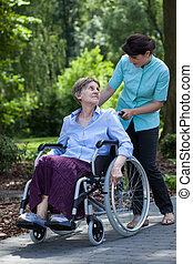 incapacitado, mulher sênior, parque, enfermeira