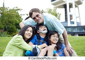 incapacitado, niño, sílla de ruedas, rodeado, familia