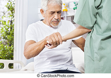 incapacitado, paciente, segurando mão, de, enfermeira, em, rehab, centro