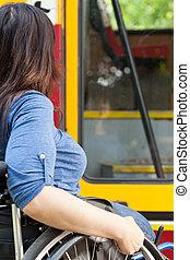 incapacitado, sílla de ruedas, mujer, esperar, tranvía