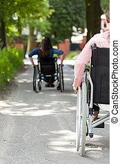 incapacitado, sílla de ruedas, mujeres, aire libre
