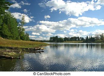 inchado, nuvens brancas, refletido dentro, lago