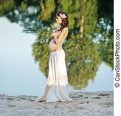 incinta, signora, camminare, spiaggia