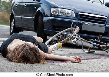inconsciente, ciclista, después, accidente de camino