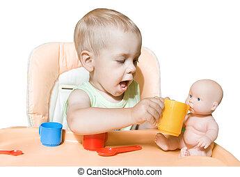 independientemente, alimentación, sentado, adorable, encima, muñeca, dos, niño, papel, years., niño, frente, blanco, mesa., juego