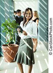 indiër, businesswoman, vasthouden, tablet, computer