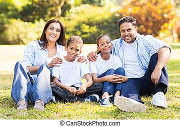 indiër, gezin, zittende , buitenshuis