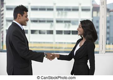 indiër, zakenmens , en, vrouw, rillend, hands.