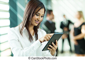 indian, タブレット, 労働者, コンピュータ, 使うこと, 白い衿