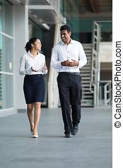 indian, ビジネスマン, &, 女, 歩くこと。