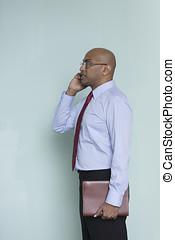 indian, ビジネス男, 外, オフィス, 使うこと, 彼の, モビール, 電話。