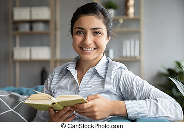 indian, 本, 肖像画, 女性の保有物, 頭, 微笑, お気に入り, 打撃