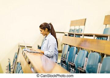 indianas, computador laptop, estudante universitário, usando, corredor conferência