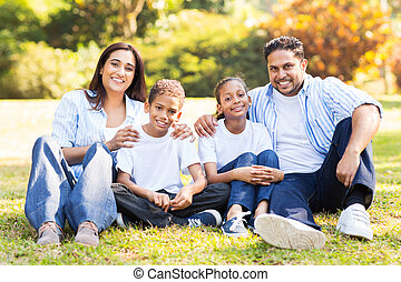 indianas, família, sentando, ao ar livre