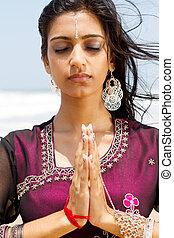 indianas, mulher rezando