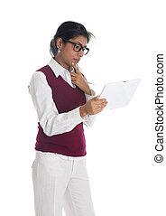 indianas, negócio casual, mulher, com, genérico, olhar, tabuleta
