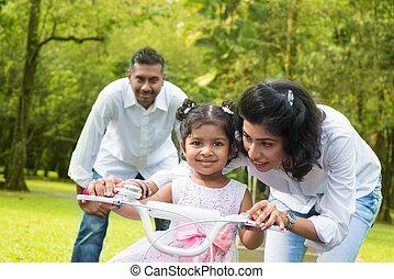 indianas, pai, ensinando, criança, montar, um, bicicleta