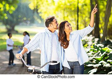 indianas, par, e, crianças, desfrutando, sendo, ao ar livre