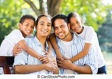 indianas, parque, família jovem, sentando