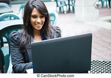 indianin, kobieta interesu, z, laptop