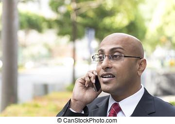 indiano, uomo affari, esterno, ufficio, usando, suo, mobile, telefono.