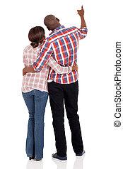 indicare, coppia, giovane, africano, retro, vista