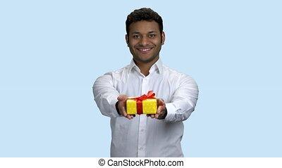 indien, box., sourire, cadeau, remettre, homme