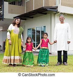 indien, famille, tenant mains, dehors, nouvelle maison