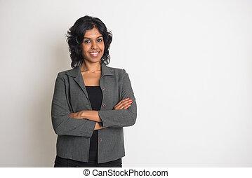 indien, femme affaires, sourire, à, uni, fond