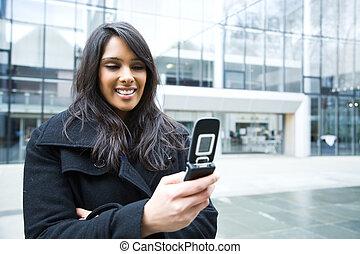 indien, femme affaires, texting, téléphone