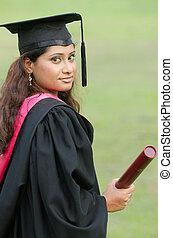 indien, femme, diplômé, à, arrière-plan vert