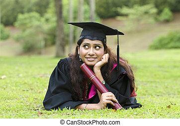 indien, femme, diplômé, à, pouces haut