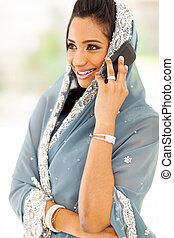 indien, femme parler, sur, intelligent, téléphone