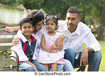 indio, familia , sentado, sobre el banco, en el parque