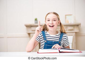 indiquer haut, livre, doigt, sourire, lecture, adorable, girl