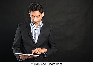 indische , geschaeftswelt, mann, gebrauchend, tablette, in, schwarzer hintergrund