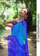 indisk, saree, kvinde, unge, udendørs